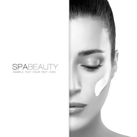 elasticidad: Tratamiento de Spa y el concepto de belleza. Retrato de una mujer hermosa con crema cosmética en la mejilla y copyspace en blanco junto con el texto de ejemplo. Diseño de la plantilla Foto de archivo
