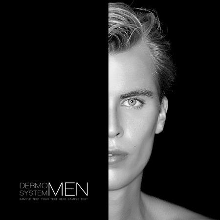半分顔をハンサムな若い男。完璧な肌。男性のスキンケアのコンセプトです。白黒の肖像画は、黒に分離します。サンプル テキスト付きのテンプレ 写真素材