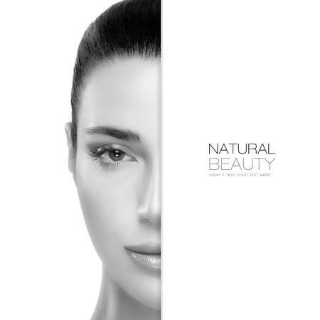 半分のスパ美容概念の顔健康的なきれいな肌とサンプル本文と一緒に空 copyspace でゴージャスな女性の肖像画。テンプレート デザイン 写真素材