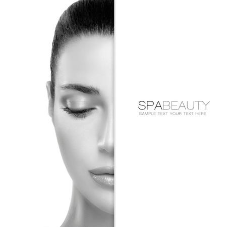 mujer maquillandose: Concepto de spa de belleza con un retrato de medio rostro de una mujer hermosa con la piel limpia sana y copyspace en blanco junto con el texto de ejemplo. Diseño de la plantilla Foto de archivo