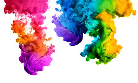 barvitý: Inkoust ve vodě na bílém pozadí. Duha barev
