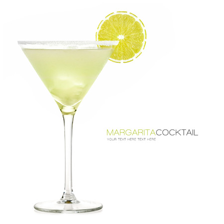 margarita cocktail: Margarita cóctel aislado sobre fondo blanco. Plantilla de diseño con texto de ejemplo