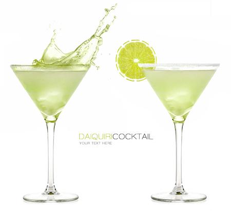 copa martini: Coctel congelado daiquirí con el chapoteo grande aislado en el fondo blanco. Plantilla de diseño con texto de ejemplo