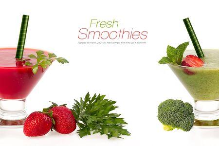 légumes verts: fruits et légumes smoothies sains à base de fraises juteuses rouges mûrs et brocoli frais biologiques servis dans des verres coniques