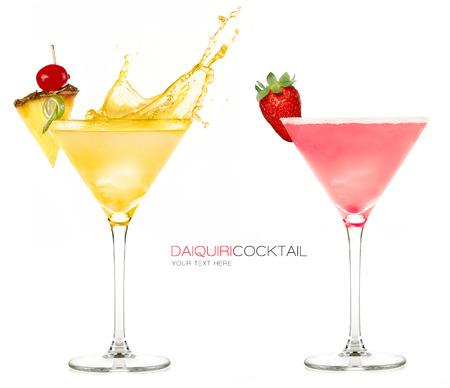 水しぶきと、白い背景で隔離の新鮮なフルーツを添えてあるカクテルを冷凍ダイキリ。サンプル テキスト付きのデザイン テンプレート 写真素材