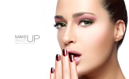 maquillaje de ojos: Concepto de la belleza con un retrato de medio rostro de una mujer hermosa con la piel limpia sana y copyspace en blanco junto con el texto de la muestra. Dise�o de la plantilla