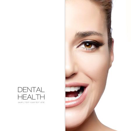 dientes sanos: Belleza y concepto de la salud dental con un medio retrato de la cara de una hermosa mujer feliz con una hermosa sonrisa. boca sana y la piel limpia. Tratamiento dental. Diseño de la plantilla con texto de ejemplo