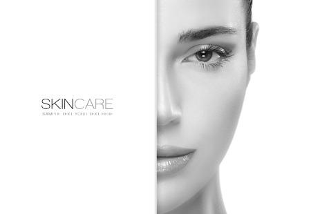 Beauté et le concept de soins de la peau avec un portrait de visage à moitié d'une femme magnifique avec une peau propre et saine copyspace vierge à côté avec le texte de l'échantillon. Template design Banque d'images