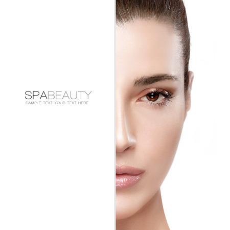 Concetto di bellezza e cura della pelle con un viso ritratto la metà di una giovane donna serena con una carnagione liscia impeccabile, isolato su bianco con copia spazio a sinistra. Progettazione del modello con testo di esempio