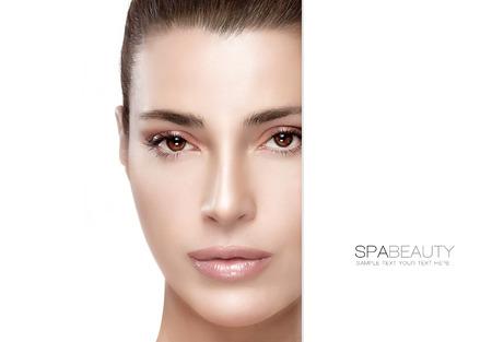 美しさとスキンケアのコンセプトです。完璧な滑らかな肌とサンプル本文と一緒に空 copyspace でゴージャスな女性の肖像画。テンプレート デザイン