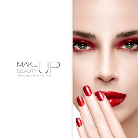 red lips: Belleza y el concepto de maquillaje. Hermosa mujer modelo de moda con maquillaje brillante. De moda los labios rojos y los ojos ahumados. Pestañas largas. Alto retrato de la moda. Copyspace en blanco al lado y texto de ejemplo. Diseño de la plantilla