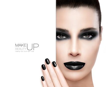 Bellezza Trucco e Nail Art Concept. Bella modella bruna donna con il trucco nero. Trendy labbra scure, nail art neri e gli occhi fumosi. Alto ritratto di moda isolato su bianco. Copyspace vuoto a fianco con testo di esempio. Template design
