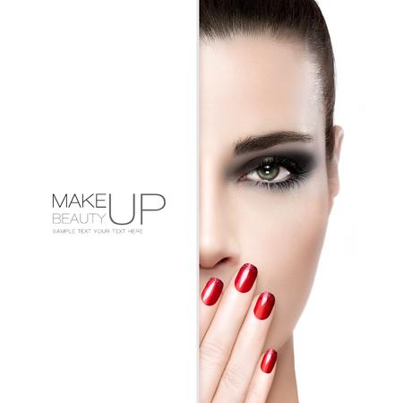 maquillaje de ojos: Belleza, arte de uñas y el concepto de maquillaje con una hermosa mujer modelo de moda con la piel sin manchas usar maquillaje de ojos ahumados, sosteniendo su mano con las uñas rojas cuidados a la boca, plantilla tarjeta blanca más de la mitad de la cara Foto de archivo