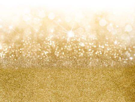 Światła: Złoty Boże Narodzenie z podziałką pasm o różnej musującego oraz mgnieniu bokeh z lampek partyjnych i brokatu, pełną klatkę copyspace dla sezonowego powitanie