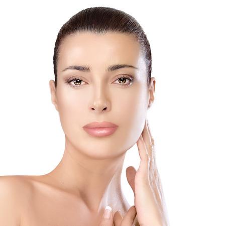 elasticidad: Retrato de la belleza de una hermosa mujer joven natural con los hombros desnudos mirando a la c�mara con una expresi�n serena conveniente para los conceptos cuidado de la piel y de spa, aislado en blanco Foto de archivo