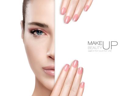 Schönheit Make-up und Nai Art Concept. Schöne Mode Modell Frau mit weichen rosa rauchigen Augen Make-up, Fundament, auf einem makellose Haut und trendy rosa Lippenstift auf ihre manikürten Nägeln, halbe Gesicht mit einem weißen Karte Vorlage entsprechen. Hohe Art und Weise Porträt isoliert
