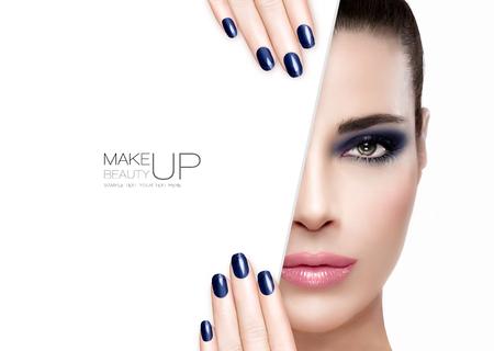 Makijaż piękno i Nai Art Concept. Piękna modelka kobieta z zadymionych makijaż oczu na niebiesko, aby dopasować swoje wypielęgnowane paznokcie, fundament na nieskazitelnej skóry z modnym różowym szminka, pół twarzy z białym karty szablonu. Mody Portret samodzielnie o