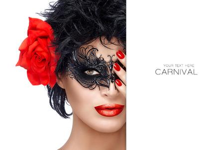 maquillaje de ojos: chica modelo de belleza con estilo de la máscara del carnaval negro y la flor de Rose rojo grande. Labios rojos y manicura. Glamorosa modelo de belleza que llevaba maquillaje creativo del ojo de máscaras. Retrato del primer aislado en blanco con copyspace al lado. Diseño de la plantilla con texto de ejemplo Foto de archivo