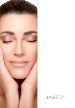 Beauty portrait d'une jeune femme naturelle magnifique avec la peau et les yeux sains parfait fermé caressant son visage avec une expression sereine, propice au soin et spa concepts, portrait Gros plan avec copyspace à côté du texte Banque d'images