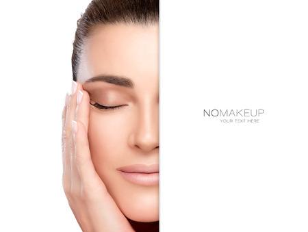 Close-up van een mooie jonge vrouw met de hand op de wang en de ogen gesloten naast kopie ruimte voor tekst op een witte achtergrond. Perfecte huid. Geen make-up. Portret geïsoleerd op wit geschikt voor huidverzorging en spa concepten. Stockfoto