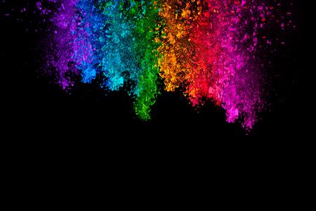 Tomber poudre colorée. Arc de poussière violet, bleu, vert, jaune, rouge et rose sur fond noir avec copie espace pour le texte