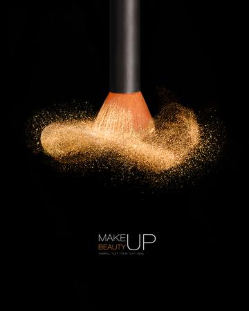Make-up concept met een professionele make-up borstel met gloeiende gezicht poeder geïsoleerd op een zwarte achtergrond met kopie ruimte en monster tekst Stockfoto