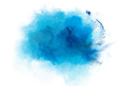 explosion de poudre. Gros plan d'une explosion de particules de poussière bleu isolé sur blanc. Résumé de fond