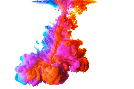 Arc en ciel de couleurs. Encre acrylique dans l'eau isolé sur fond blanc avec copie espace. color explosion