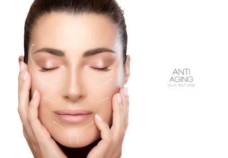 アンチエイジングの治療や整形手術の概念。頬や目の上の手で美しい若い女性は、美容、スキンケア、スパの概念で穏やかな表情で終了。完璧な肌