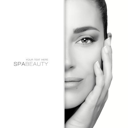 Koncepcja Beauty with gorgeous brunetka z kopią miejsca po lewej stronie twarzy, który jest częściowo ukryty, jak ona trzyma rękę do szyi, patrząc spokojnie w kamerę. Monochromatyczny portret wyizolowanych na białym tle