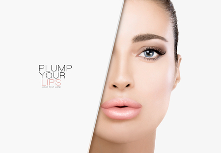 Preciosa modelo de belleza con labios carnosos con maquillaje de moda, ojos ahumados suaves y base sobre una piel intachable.