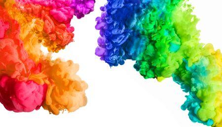 Inkt in water geïsoleerd op een witte achtergrond. Regenboog van kleuren. Kleuren explosie. Kleurenfestival.