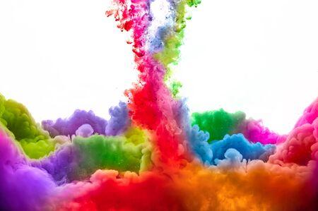 Tinte im Wasser lokalisiert auf weißem Hintergrund. Regenbogen der Farben Standard-Bild