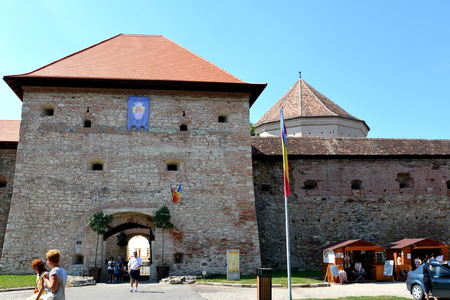 precisely: Construction of the fortress began in 1310, over an old fortification of earth and wood dating from the twelfth century. The purpose of building the city was essentially strategic, more precisely in defense of southern Transylvania incursions Tatars and T Editorial