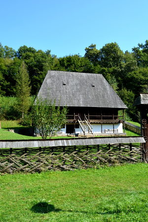 molino de agua: Museo del Campesino en Dumbrava Sibiului, Transilvania En Dumbrava Sibiului; Museo campesino rumano con muchas piezas de inventario de un campesino.
