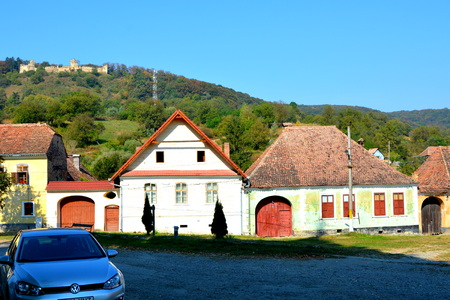 toge: Typical houses arround the church. Medieval fortified saxon church Saschiz Keisd, Transylvania. The fortified church is a church in Keisd Wurmloch in the Transylvania region of Romania. It was built by the ethnic German Transylvanian Saxon community. Toge