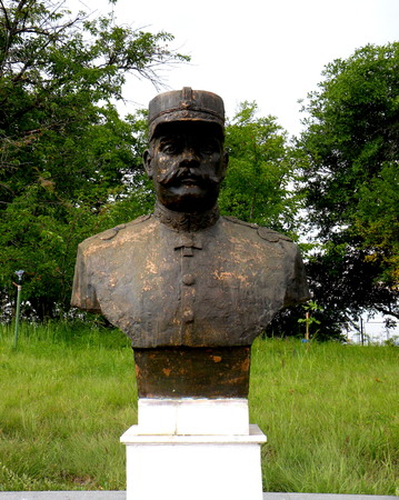 constantin: Statue of an hero in Marasesti, memorial from the WWI.   In 1917 during World War I, the Battle of Mărăşeşti between the Kingdom of Romania and the German Empire was fought near the town. A mausoleum containing the remains of 5,073 Romanian soldiers w