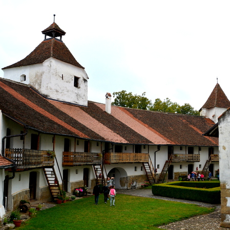 bod: Fortified saxon medieval church Harman, Transylvania The villagers started building a single-nave Romanesque church, which is uncommon for a Saxon church, in the 13th century. They began construction by building the first choir and a semicircular apse, wh