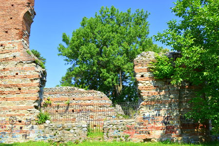 Ruins of an orthodox church in Curtea de ArgeÈ™ (early 16th century). A Romanian Orthodox cathedral. It is located on the grounds of the Curtea de ArgeÈ™ Monastery 免版税图像