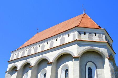 Église évangélique saxonne médiévale fortifiée dans le village CloaÈ™terf (Klosderf, Klosdorf, Nickelsdorf), Transylvanie, Roumanie. Le règlement a été fondé par les colons saxons au milieu du 12ème siècle