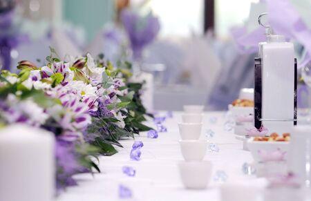 c�r�monie mariage: arrangement traiteur de mariage table.violet couleur  Banque d'images