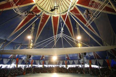 spectacle de trap�ze au cirque br�silien Banque d'images - 18251416