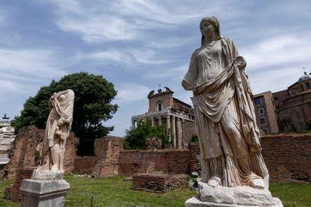 escultura romana: escultura de vestal, romano foro, en el fondo del templo de Antonino y Faustina, Roma, Italia