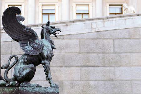 detalle del edificio del Parlamento de Viena en el estilo griego-romano Foto de archivo
