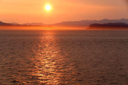 sunset over alaska fjords on a cruise trip near ketchikan 免版税图像
