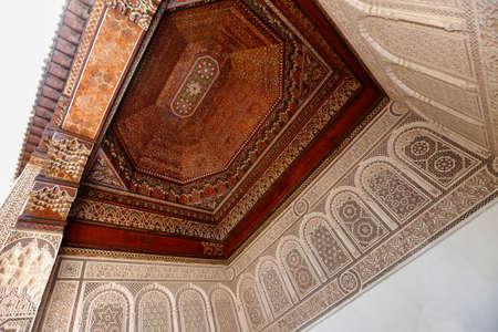 Marrakesh, Morroco - may 27, 2019: ceiling decoratedwith carved wood on Palace Bahia, turistic place in old city of Marrakesh, Morroco Standard-Bild - 129744495