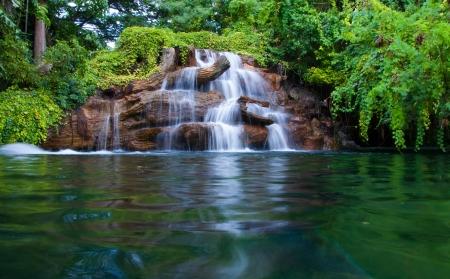 深い熱帯雨林のジャングルの中の滝