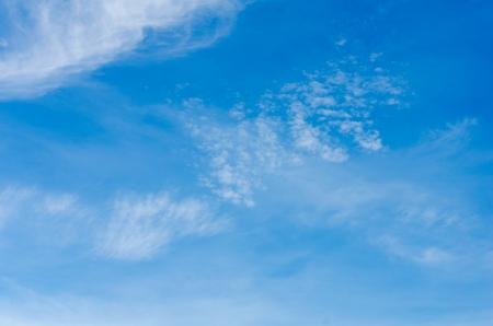 cielo despejado: Cielo azul con nubes.