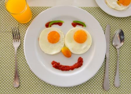 幸せな顔フライパン卵朝食します。 写真素材