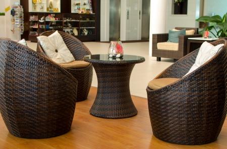 籐アームチェア家具。リビング ルームのインテリア。